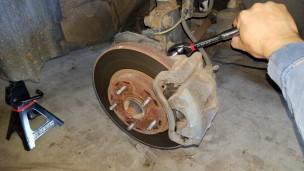 012-remove-bracket-bolt-top-sienna