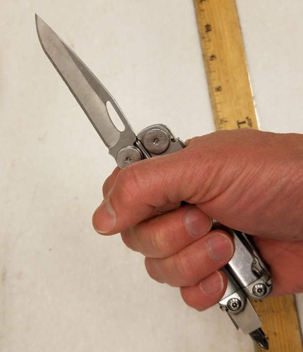 004-leatherman-wave-in-hand