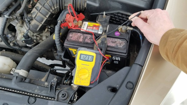 01-check-car-battery-voltmeter-car-off