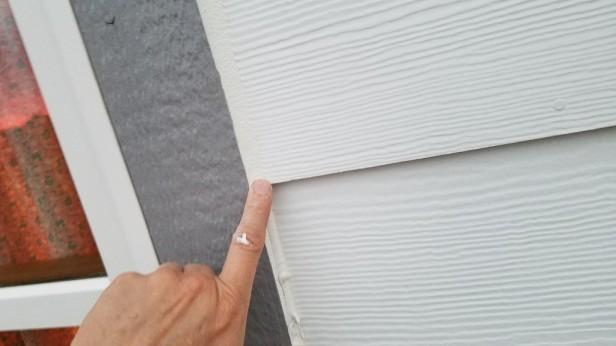 05-smoothing-caulking-with-wet-finger