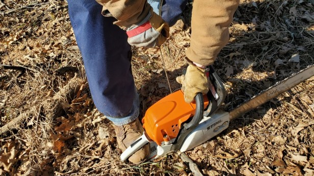 Starting-a-stihl-chainsaw-pull-rope