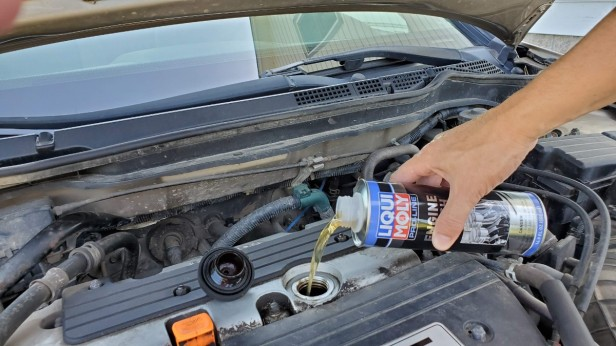 05-Pour-in-Contents-LiquiMoly-Honda-Accord