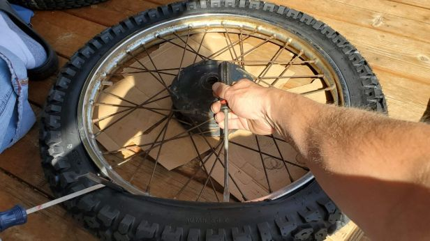 04-Motorcycle-Tire-Removal
