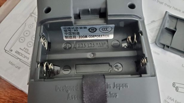 11-Zoom-H5-Battery-Compartment