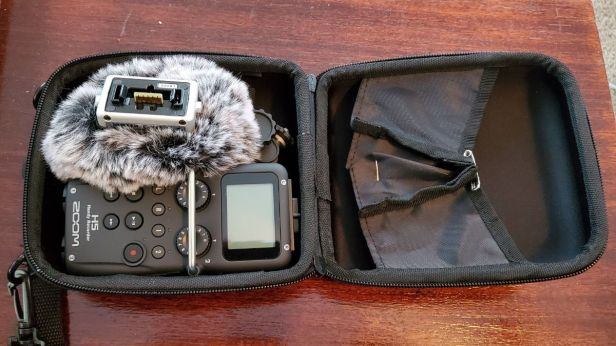21-Zoom-H5-in-a-case-with-accessories