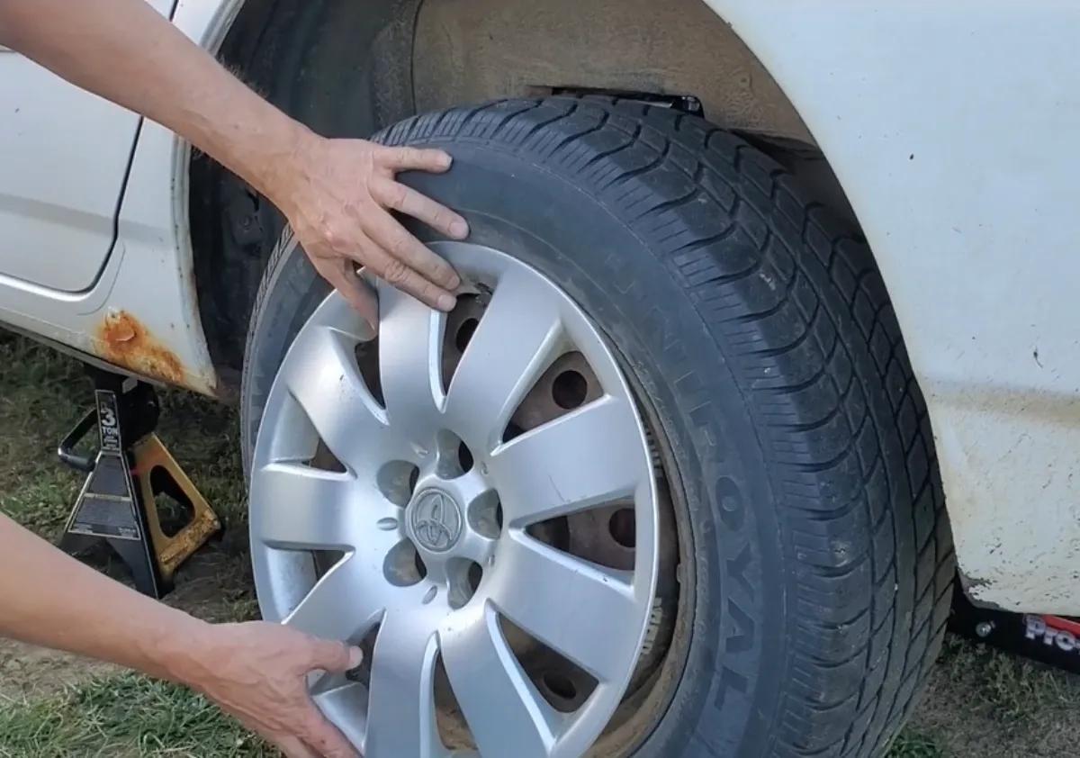 Put on a hubcap Toyota Corolla